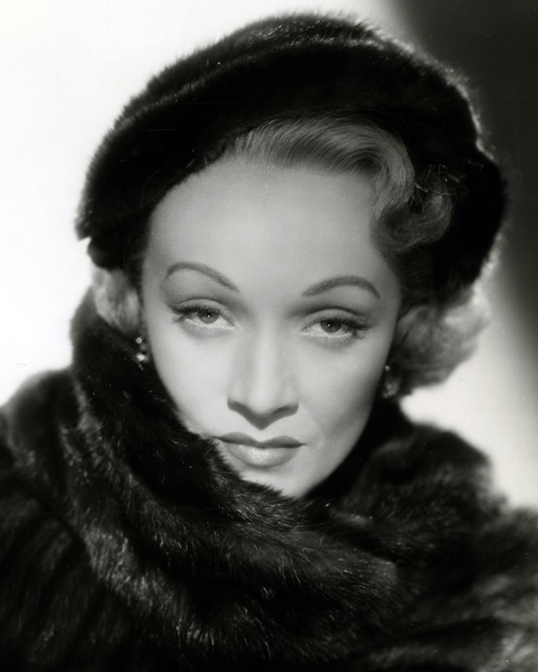 Marlene_Dietrich_in_No_Highway_(1951)_(Cropped).png